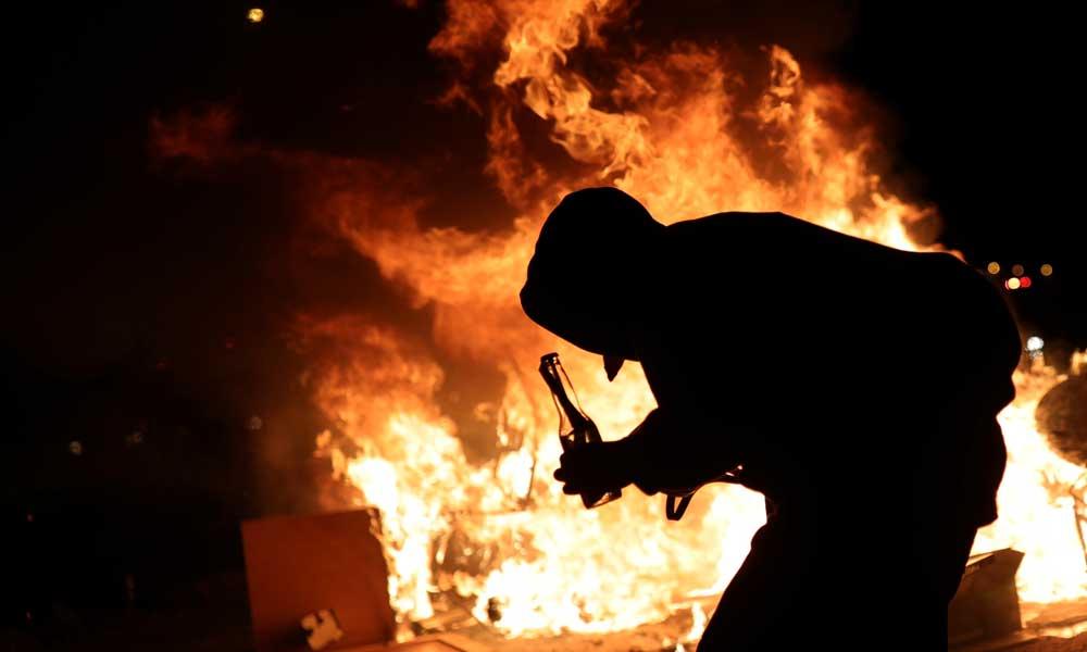 Израильский автомобиль, случайно заехавший в арабскую деревню, забросали камнями, а потом сожгли