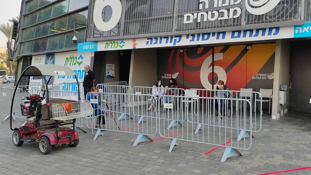 """Аудитория молодеет: завтра прививки в Израиле начнут делать 50-летним """"здоровякам"""""""