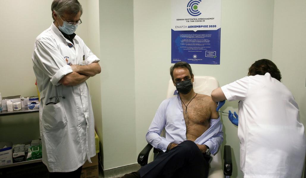 Импозантный греческий премьер-министр на прививке возбудил весь интернет