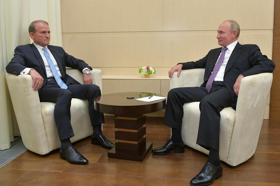 """Сдали с потрохами: Кремль прокомментировал преследование """"кума Путина"""" на Украине"""
