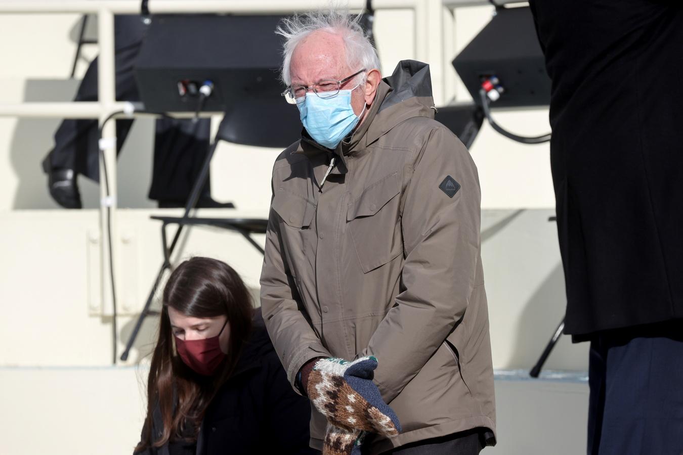 Мем недели: варежки Берни Сандерса на инаугурации президента США