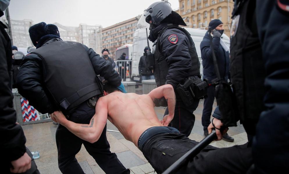 Путинг-винтинг в России: снежная война с ОМОНом, массовые аресты демонстрантов