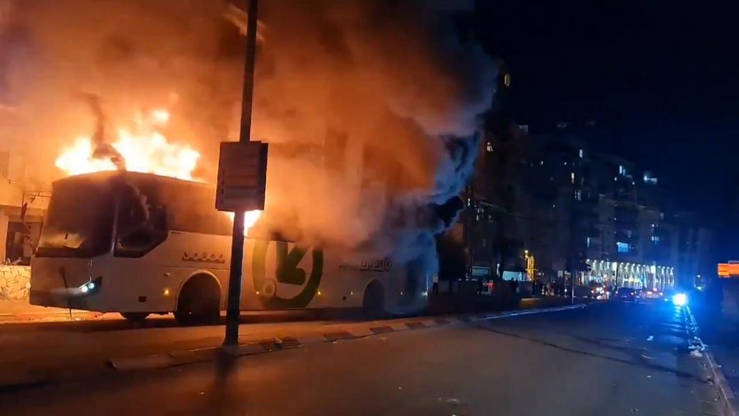 Бней-Брак: ультраортодоксы сожгли автобус, полиция несколько запоздала