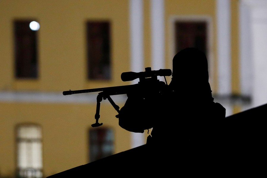 """""""Одним махом пятерых побивахом"""": британский снайпер попал в террориста с тысячи метров"""