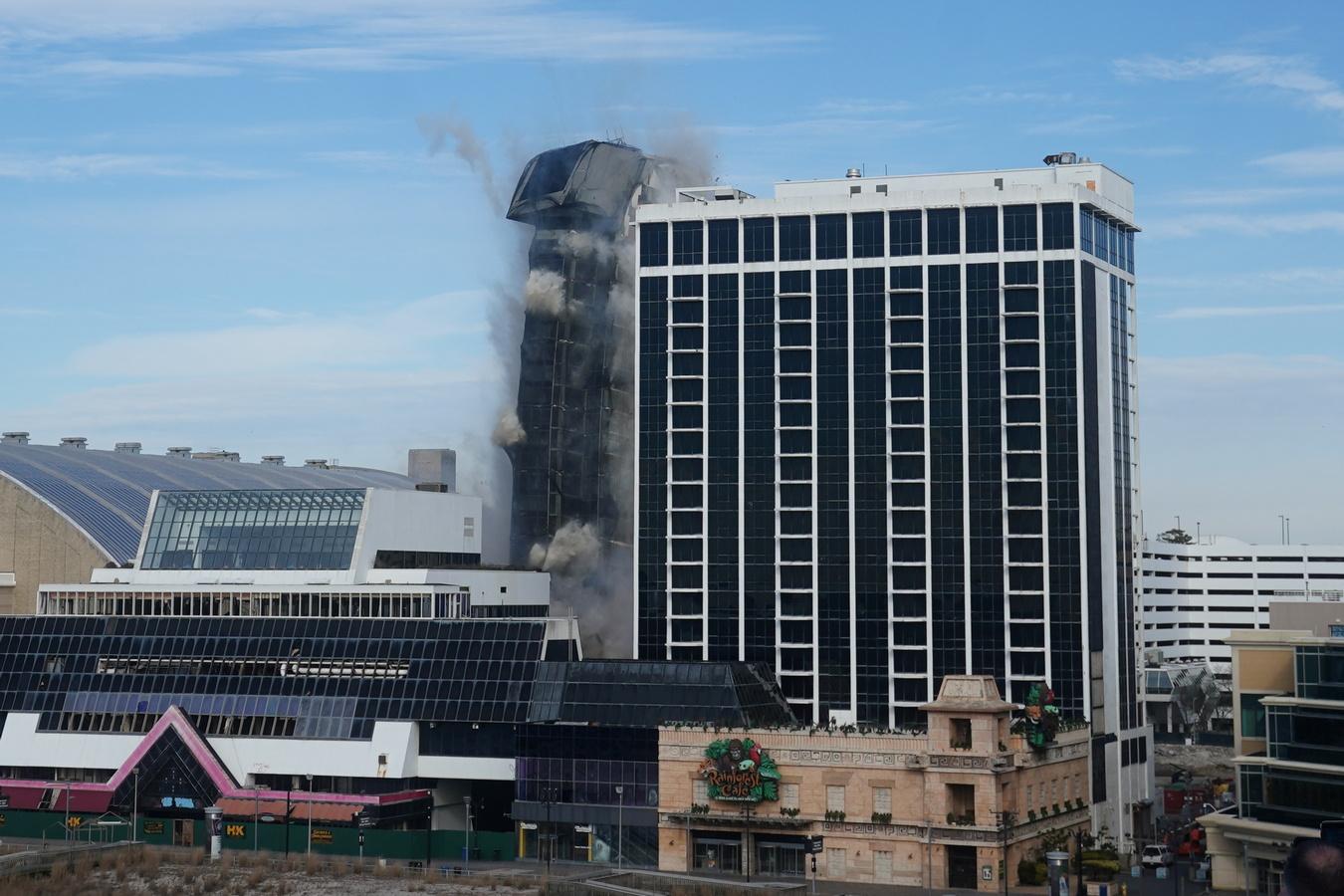 """В Атлантик-Сити эффектно снесли 39-этажное казино """"Трамп-плаза"""""""