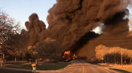 Страшный пожар на дороге: в США грузовик столкнулся с поездом, перевозящим горючее