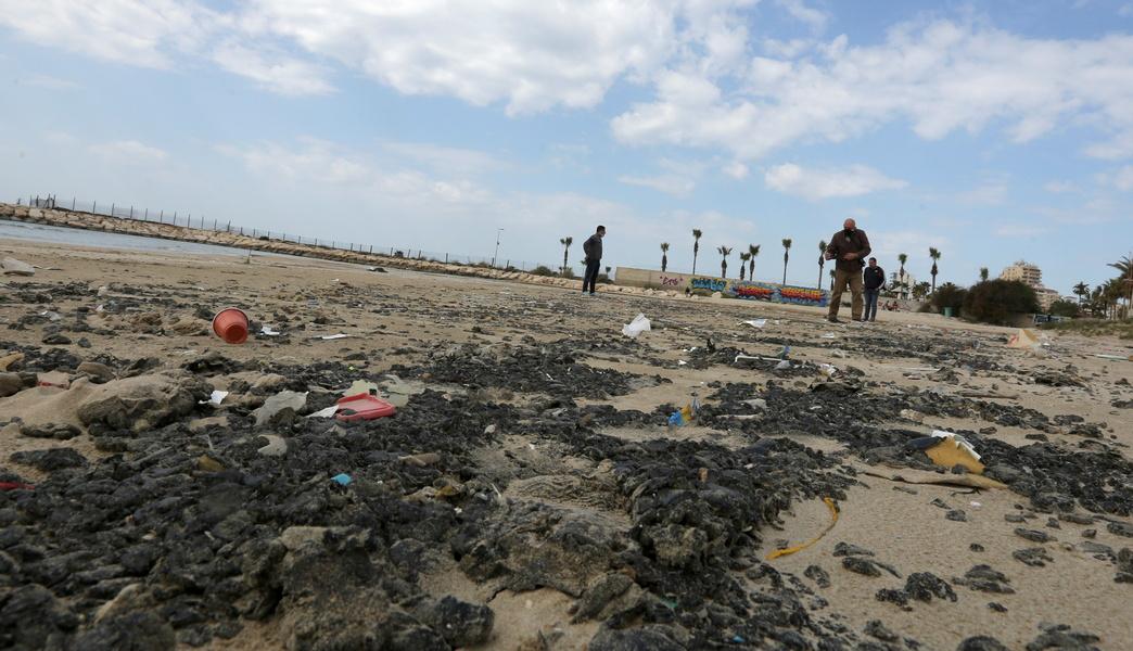 Загрязнение израильского побережья: купаться можно будет только через месяц