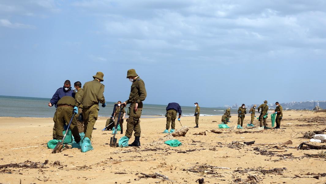 Очистка пляжей в Израиле: кое-где уже можно заходить в воду