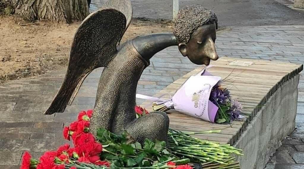 """Два официоза и один """"для всех"""": в Петербурге трижды открыли один и тот же памятник"""