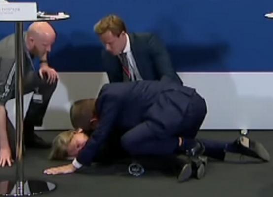 """Датская чиновница упала в обморок, объявляя об отказе страны от вакцины """"Астра-Зенека"""""""