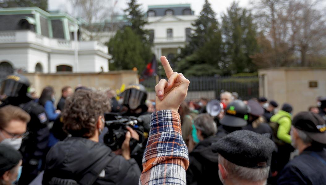 Кризис в отношениях России и Чехии: драка у посольства РФ, чешский посол вызван на Смоленскую площадь