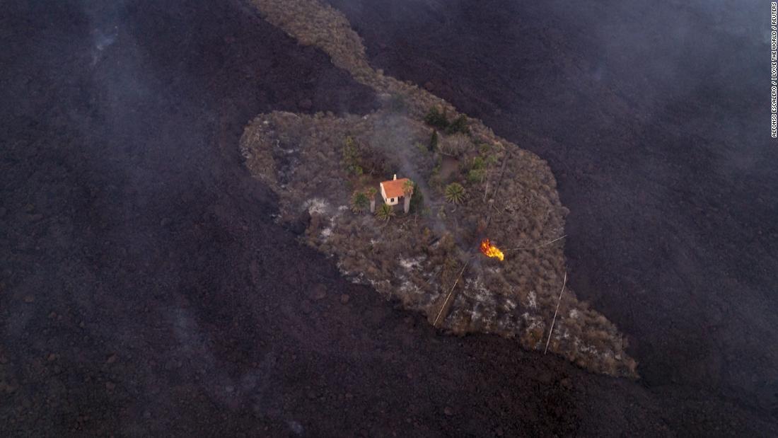 Вулкан на острове Пальма уничтожил сотни зданий, но один дом чудом уцелел
