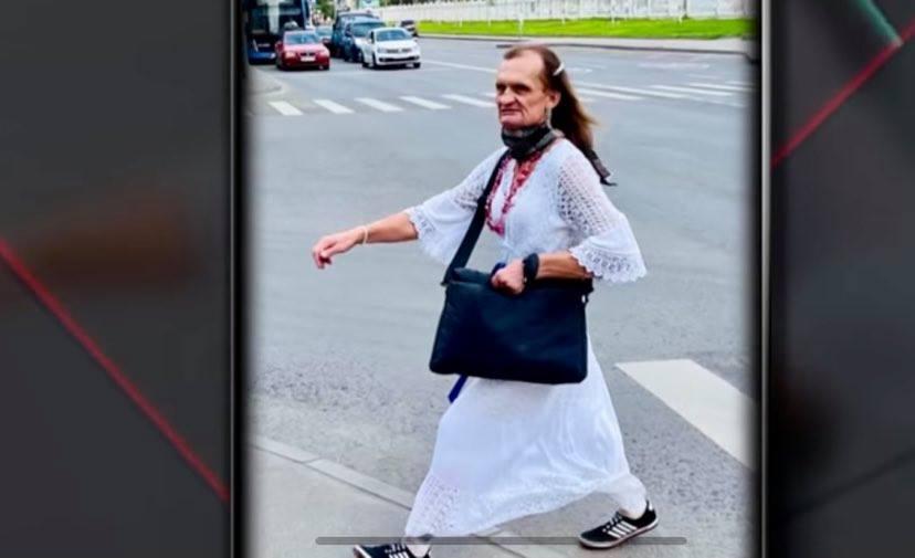 В Москве мужчина в женской одежде напал с топором на посетителей магазина. ВИДЕО
