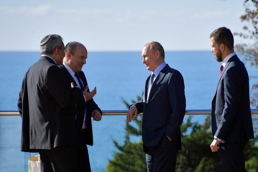 """Израильский министр пояснил, почему он пришел на встречу с Путиным с сумкой: """"Я же русский"""""""