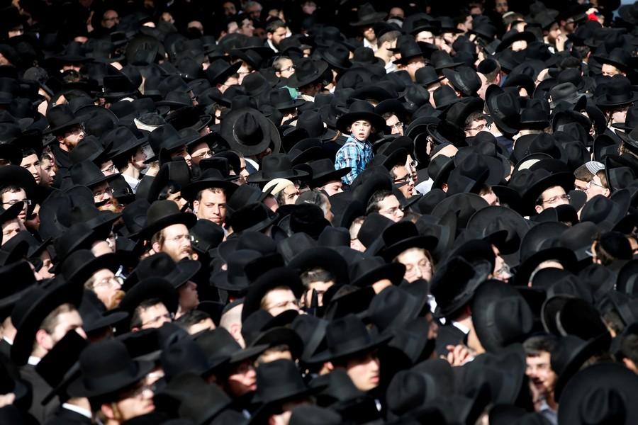 Ультраортодоксы пируют на Кинерете в День поминовения жертв Холокоста. ВИДЕО