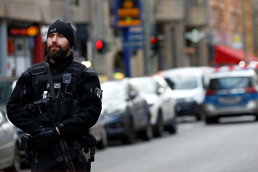 Людей подбрасывало в воздух: в Германии внедорожник пронесся по пешеходной зоне, есть погибшие, много раненых