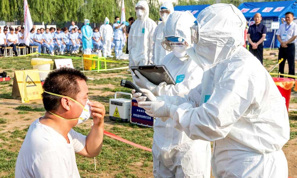 Китай закрывает границы: за сутки в стране выявили 96 инфицированных коронавирусом